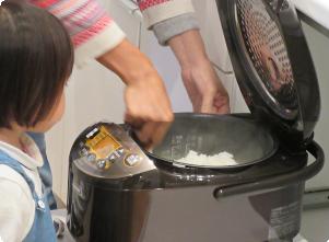 炊飯器の中のお米が炊けた様子
