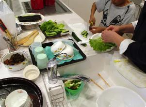 野菜を切っている親子