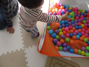 カラーボールを取る子供